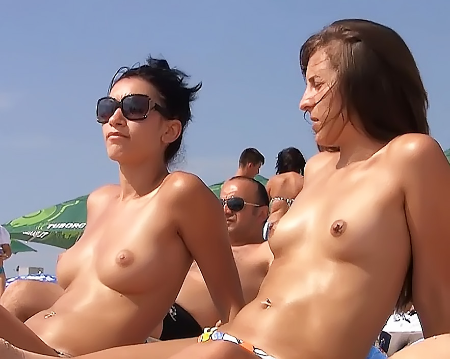 Plage Free Scenes With Bare-Breasted Girls In Tiny Thongs