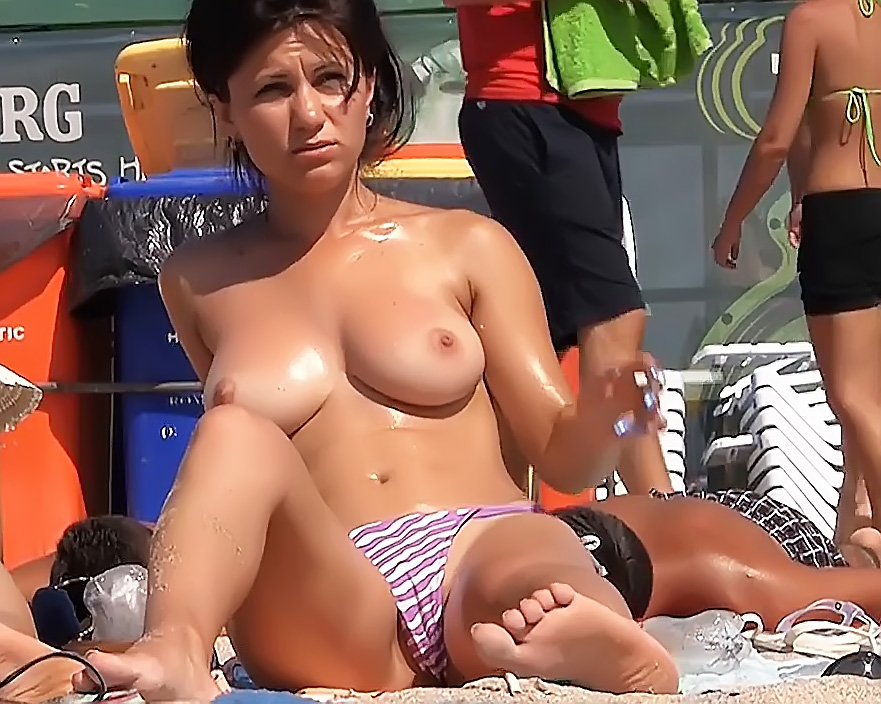 On The Plage Sans Bra With Thong