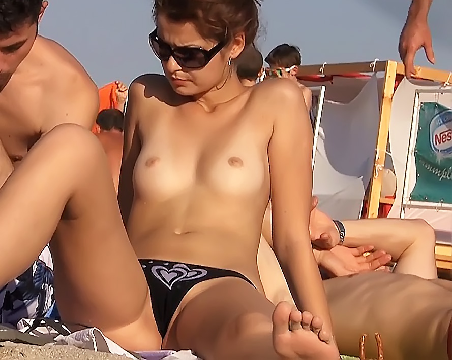 Spycam On Plage Records Amateurs Bare-Chested And Also Nude