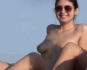 Plage Voyeur: Creaming Small Boobs