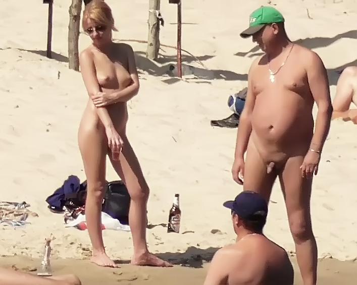 Nude Strand -   girls Setting Up Camp