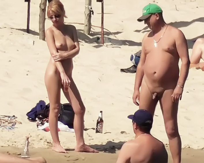 Nude Strand -   girls Setting Up Camp