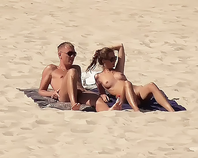 Babe playng on the nude plage
