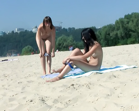 Just sitting on the plage looking over this gorgeous spanish chick , with her not so gorgeous friend. Managed to sneek a few vids of her luscious body.